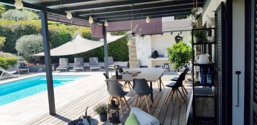 Maison d'hôtes A Sulana en Corse - la terrasse vue sur la piscine -