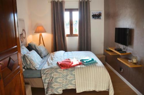 Maison d'hôte en Corse A Sulana notre chambre Nuciola avec sa télévision